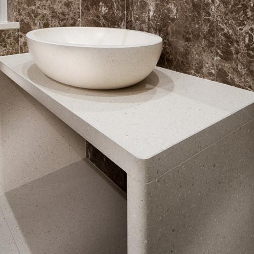 Agglomerato cementizio ietranova Bianca levigata - Marmo Emperador Light rivestimento parete, pavimento e top bagno