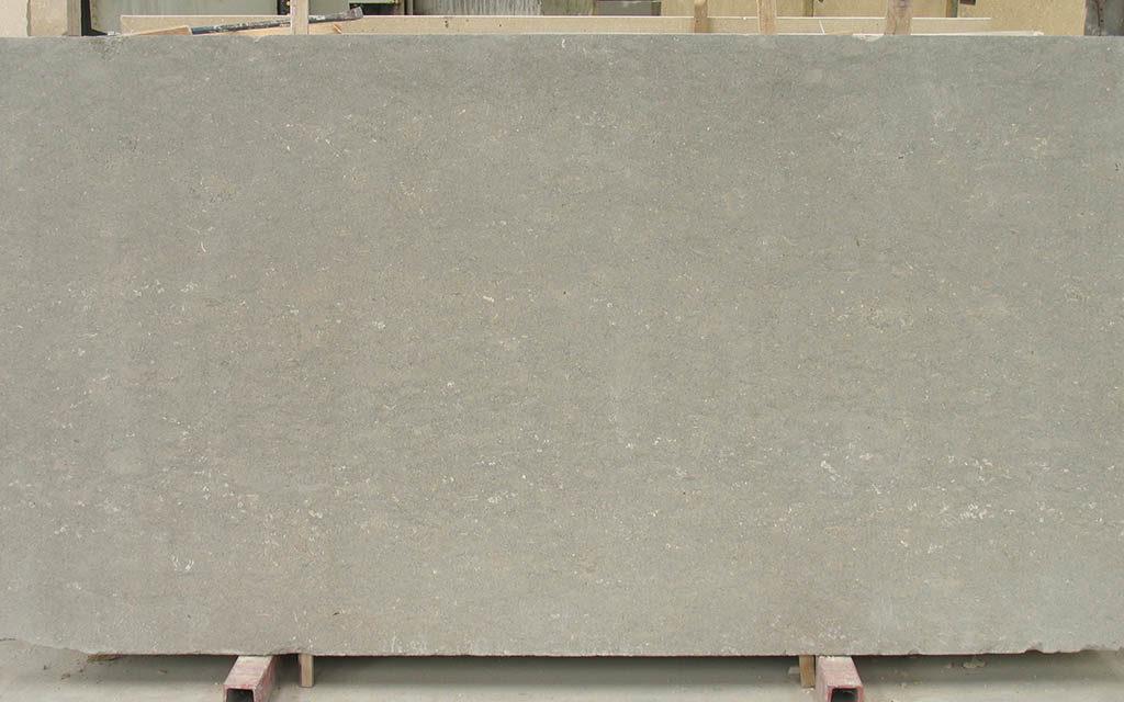 Lastra di pietra grigio argento levigata